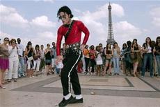 """<p>Imagen de archivo de un seguidor de Michael Jackson bailando cerca de la torre Eiffel en París. Jun 26 2010 La colección completa de videos musicales de Michael Jackson saldrá a la venta en DVD por primera vez, incluyendo un video previamente no publicado de su sencillo de 2003 """"One More Chance"""". REUTERS/Gonzalo Fuentes/ARCHIVO</p>"""