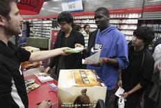 <p>Les ventes de jeux et de consoles vidéo ont reculé de 8% en septembre aux Etats-Unis, selon le cabinet d'études NPD, qui souligne que les jeux en ligne continuent à gagner du terrain sur les jeux traditionnels. /Photo d'archives/REUTERS/Lucas Jackson</p>