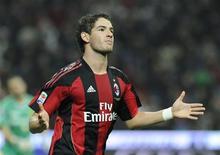 <p>Pato do Milan comemora gol contra o chievo durante jogo do Campeonato Italiano. 16/10/2010 REUTERS/Paolo Bona</p>