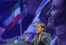 <p>Канцлер Германии Ангела Меркель выступает перед молодежным крылом своей партии Христианско-демократический союз (ХДС), 16 октября 2010 года. Попытка Германии создать многокультурное общество провалилась, сказала канцлер Германии Ангела Меркель в субботу, подлив масла в огонь расколовших ее консервативный лагерь споров об иммиграции и сламе. REUTERS/Thomas Peter</p>