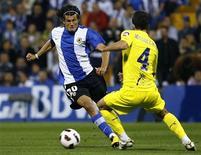 <p>Nelson Valdez (esq) do Hercules e Mateo Musacchio do Villarreal durante jogo em Alicante. 18/10/2010 REUTERS/Heino Kalis</p>