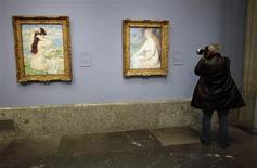 """<p>Fotógrafo tira foto da exposição """"Paixão por Renoir"""" no Museu Prado, em Madri, 18 de outubro de 2010. REUTERS/Juan Medina</p>"""