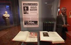 """<p>Imagen de archivo de una exposición sobre Hitler en el Museo de Historia Alemana en Berlín. Oct 13 2010 """"Hitler y los alemanes"""", una exhibición en el Museo de Historia Alemana de Berlín que investiga la sociedad que creó Hitler, ha atraido a más de 10.000 visitantes desde que fue inaugurada el viernes. REUTERS/Fabrizio Bensch</p>"""