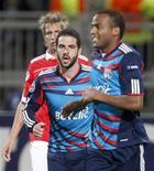 <p>Jogadores do Lyon comemoram gol em vitória por 2 x 0 sobre o Benfica. REUTERS/Robert Pratta</p>