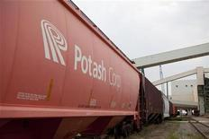 <p>A train car waits in line at the Potash Corp's Cory mine site near Saskatoon August 19, 2010. REUTERS/David Stobbe</p>