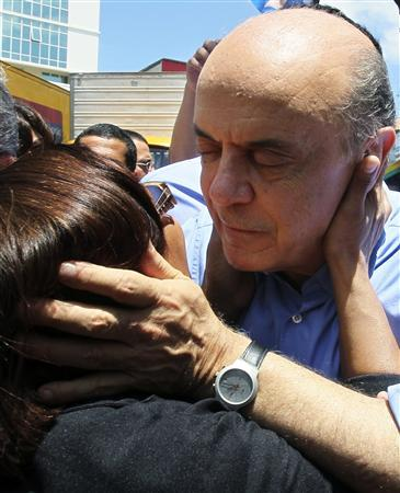 Brazil's presidential candidate Jose Serra (R) of the opposition PSDB party is greeted by a supporter during a campaign rally in Rio de Janeiro October 20, 2010. REUTERS/Sergio Moraes