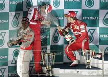 <p>O espanhol Fernando Alonso, da Ferrari, comemora sua vitória no GP da Coreia do Sul, no domingo. REUTERS/Bazuki Muhammad</p>