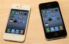 <p>Modèles d'iPhone 4 tels que dévoilés lors d'une présentation du patron d'Apple Steve Jobs lors de la conférence des développeurs Apple, à San Francisco, en juin dernier. Apple a annoncé un nouveau report de la sortie de son iPhone blanc, initialement attendu en juillet et qui est annoncé maintenant pour le printemps 2011. /Photo prise le 7 juin 2010/REUTERS/Robert Galbraith</p>