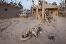 <p>Мотоцикл, покрытый вулканическим пеплом, лежит на земле в деревне близ города Йогьякарта, 27 октября 2010 года. Извержение одного из самых опасных вулканов Индонезии унесло жизни 15 человек и заставило покинуть свои дома тысячи жителей окрестных деревень, усыпав их улицы и дома пеплом, сообщил телеоператор Рейтер, находящийся на месте происшествия. REUTERS/Dwi Oblo</p>