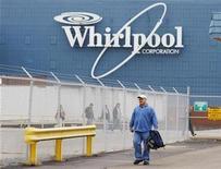 <p>Imagen de archivo de una planta de Whirlpool en Evansville, Indiana. Nov 23 2009 Whirlpool Corp reportó el miércoles una caída de su utilidad neta del tercer trimestre debido a que la cautela de los consumidores redujo el gasto en electrodomésticos. REUTERS/Brian Snyder/ARCHIVO</p>