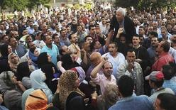 <p>صورة ارشيفية لعمال قطاع النسيج يحتجون على تدني الاجور في مدينة المحلة الكبرى بدلتا مصر يوم 30 اكتوبر تشرين الاول 2008 - رويترز</p>