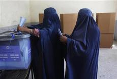 <p>Burqa-clad women cast their ballots at a polling station in Kabul September 18, 2010. REUTERS/Andrew Biraj</p>