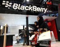 """<p>Imagen de archivo de una tienda de BlackBerry en Dubai. Oct 17 2010 Research In Motion ha llegado a un """"acuerdo temporal"""" para dar a India una vía legítima de acceso a los servicios de mensajería de los teléfonos BlackBerry y aseguró que tendrá una solución definitiva al fin de enero, dijo el Gobierno el viernes. REUTERS/Ahmed Jadallah/ARCHIVO</p>"""