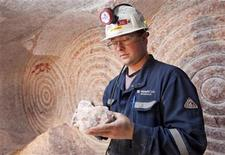 <p>Rocanville Potash Corp underground production supervisor Dave Esslinger displays a sample of potash 1000 metres (3280 feet) below surface at the potash mine in Saskatchewan September 30, 2010. REUTERS/David Stobbe</p>