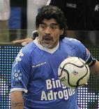 <p>O ex-técnico da seleção argentina, Diego Maradona, prepara-se para chutar a bola durante partida beneficente em Buenos Aires, 16 de outubro de 2010. REUTERS/Enrique Marcarian</p>