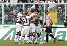 <p>Jogadores do Lazio comemoram o gol do zagueiro André Dias contra o Palermo. 31/10/2010 REUTERS/Tony Gentile</p>