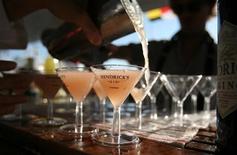 <p>Бармен разливает мартини на яхте во время шоу парусников в Аннаполисе 9 октября 2010 года.Алкоголь гораздо опаснее крэка и героина, если учесть общий вред, причиняемый употребляющему его человеку и окружающим, сообщили в понедельник британские ученые. REUTERS/Molly Riley</p>