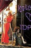 <p>Британская модель Кейт Мосс позирует в платье из собственной коллекции в витрине магазина Topshop в Лондоне 30 апреля 2007 года.Ритейлер Topshop выпустил в понедельник в продажу финальную коллекцию одежды, созданную британской супермоделью Кейт Мосс. REUTERS/Dylan Martinez</p>