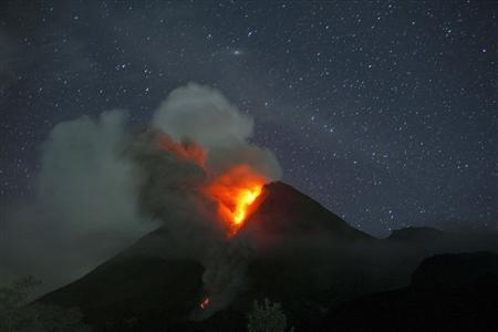 Mount Merapi volcano spews smoke as seen from Sidorejo village in Klaten, near the ancient city of Yogyakarta, November 3, 2010. REUTERS/Beawiharta