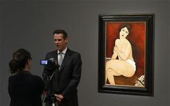 """<p>Картина Амедео Модильяни """"Сидящая обнаженная на диване"""" в аукционном доме Sotheby's, Нью-Йорк 29 октября 2010 года. С аукциона Sotheby's во вторник были проданы произведения искусства на сумму $227 миллионов, а больше всего, $69 миллионов, принесла картина итальянского художника Амедео Модильяни. REUTERS/Lucas Jackson</p>"""
