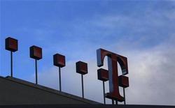 <p>Imagen de archivo del logo de Deutsche Telekom en una oficina en Bonn. Feb 25 2010 Deutsche Telekom reportó sólidos resultados para el tercer trimestre y confirmó su perspectiva de ganancias en base al fuerte desarrollo de su negocio de móviles en Alemania, impulsado por el auge de los teléfonos inteligentes y los dispositivos móviles. REUTERS/Ina Fassbender/ARCHIVO</p>