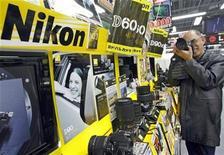<p>Imagen de archivo de artículos de Nikon en una tienda electrónica en Tokio. Feb 5 2009 El fabricante japonés de cámaras y equipos de precisión Nikon recortó el jueves su previsión de ganancias anuales, ya que la fortaleza del yen redujo los beneficios de sus ventas. REUTERS/Yuriko Nakao/ARCHIVO</p>