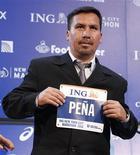 <p>Edison Pena, l'un des 33 mineurs chiliens piégés pendant 69 jours au fond d'un gisement de charbon du désert de l'Atacama prendra le départ, dimanche, du marathon de New York. /Photo prise le 4 novembre 2010/REUTERS/Shannon Stapleton</p>