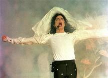 """<p>Foto de archivo del fallecido cantante Michael Jackson durante su presentación en el intermedio del Super Bowl XXVII del fútbol americano en Pasadena, EEUU, ene 31 1993. El sello Sony Music publicó el viernes una breve """"muestra"""" de un inédito sencillo de Michael Jackson e insistió que la voz del próximo disco es realmente del fallecido cantante de """"Thriller"""". REUTERS/Gary Hershorn/Files</p>"""