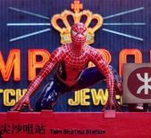<p>Foto de archivo de un modelo del personaje Spiderman en una estación de metro en Hong Kong, China, mayo 6 2002. El musical más caro de la historia de Broadway ha vuelto a ser retrasado. REUTERS/Kin Cheung</p>