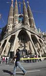 <p>A man places a tape around the surroundings of the Sagrada Familia temple in Barcelona November 5, 2010. REUTERS/Albert Gea</p>