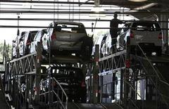<p>Imagen de archivo de una planta de autos en Curitiba. Feb 4 2010 La producción automotriz de Brasil, la mayor economía de Latinoamérica, creció un 5,5 por ciento en octubre frente a septiembre, dijo el lunes un gremio del sector. REUTERS/Luiz Costa/ARCHIVO</p>