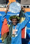 <p>Etíope Gebre Gebremariam comemora seu troféu após vencer a maratona na cidade de Nova York. 07/11/2010 REUTERS/Ray Stubblebine</p>