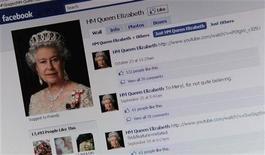 <p>Página da rainha Elizabeth no Facebook. A rainha entrou para a rede social, colocando a família real britânica em mais uma rede social depois de participações no Twitter, no Flickr e no YouTube. 08/11/2010 REUTERS/Dylan Martinez</p>