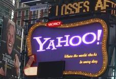 <p>Imagen de archivo de un letrero de Yahoo! en Nueva York. Oct 19 2010 AOL está explorando nuevas opciones estratégicas, incluido un posible acuerdo con Yahoo, y ha contratado asesores financieros para estudiarlo, informó el periódico Wall Street Journal citando fuentes anónimas. REUTERS/Brendan McDermid/ARCHIVO</p>