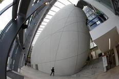 <p>A woman walks past the cocoon in the new Darwin Centre at the Natural History, Museum in London September 8, 2009. REUTERS/Stefan Wermuth</p>