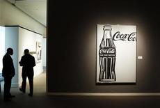 """<p>Охранники у картины """"Кока-кола (4) (Большая Кока-кола)""""на превью аукциона Sotheby's в Нью-Йорке 29 октября 2010 года. Аукционный дом Sotheby's продал во вторник картину Энди Уорхола, изображающую черно-белую бутылку """"Кока-колы"""", за $35,36 миллиона. REUTERS/Lucas Jackson</p>"""