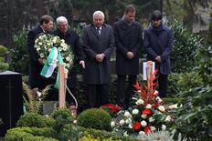 <p>Dirigentes esportivos alemães prestam homenagens ao goleiro Robert Enke, uma ano após seu suicídio. REUTERS/Lars Baron/Pool</p>