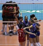 <p>Россиянки радуются победе над сборной США на чемпионате мира по воллейболу в Токио 13 ноября 2010 года. Женская сборная России по волейболу вышла в финал чемпионата мира, проходящего в Токио. REUTERS/Toru Hanai</p>