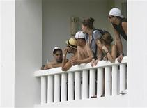 <p>Guests look out from a balcony to the site of a gas explosion inside a hotel in Cancun November 14, 2010. REUTERS/Stringer</p>