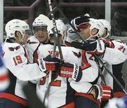 """<p>Игроки """"Вашингтона"""" радуются победе над """"Нью-Йорк Рейнджерс"""", Нью-Йорк 9 ноября 2010 года. """"Вашингтон"""" одержал в понедельник победу над """"Атлантой"""" и упрочил лидерство в турнирной таблице Национальной хоккейной лиги (НХЛ), а """"Чикаго"""" прервал победную серию """"Анахайма"""" благодаря голу в овертайме. REUTERS/Ray Stubblebine</p>"""