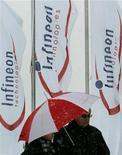 <p>Le fabricant allemand de puces Infineon, qui a dégagé lors de son quatrième trimestre fiscal un chiffre d'affaires de 942 millions d'euros, en hausse de 55% d'une année sur l'autre, a l'intention de verser un dividende à ses actionnaires pour la première fois en dix ans à l'issue d'un exercice en nette amélioration. /Photo d'archives/REUTERS/Alexandra Winkler</p>