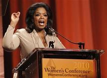 <p>Imagen de archivo de Oprah Winfrey durante una conferencia en Long Beach, California. Oct 26 2010 La red de televisión de Oprah Winfrey adquirió tres documentales que abarcan temas desde elefantes huérfanos hasta la competencia entre algunas compañías teatrales colegiales, lo que se suma a la creciente lista del club de este tipo de filmaciones. REUTERS/Mario Anzuoni/ARCHIVO</p>