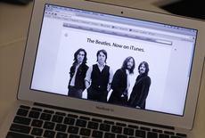 <p>Moins de vingt-quatre heures après leur entrée sur la boutique de vente de musique en ligne iTunes, les albums des Beatles se bousculaient mardi en tête des téléchargements. /Photo prise le 16 novembre 2010/REUTERS/Mike Segar</p>