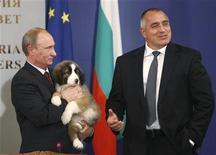 <p>Vladimir Poutine a invité par internet les Russes à l'aider à trouver un nom pour le petit chien que lui a offert le week-end dernier son homologue bulgare, Boïko Borissov (à droite). /Photo prise le 13 novembre 2010/REUTERS/Oleg Popov</p>