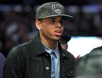 """<p>Chris Brown no jogo da NBA em fevereiro, em Los Angeles. O cantor de R&B foi elogiado na quinta-feira por seu trabalho """"louvável"""" as exigências do tribunal depois que ele agrediu sua então namorada, a cantora Rihanna, em 2009. 18/02/2010 REUTERS/Danny Moloshok</p>"""