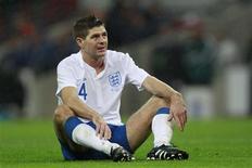 <p>Steven Gerrard, da seleção inglesa, durante jogo contra a França em Londres. A federação inglesa de futebol vai indenizar o Liverpool pela lesão sofrida na perna pelo meia durante o amistoso na quarta-feira. 17/11/2010 REUTERS/Eddie Keogh</p>