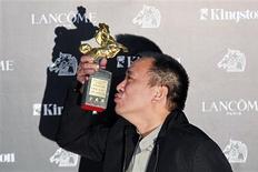 """<p>O diretor tawanês Chang Tso-chi comemora com seu prêmio de melhor filme por """"When Love Comes"""" no 47o Golden Horse Film Awards em Taoyuan, Taiwan, 20 de novembro de 2010. REUTERS/Pichi Chuang</p>"""