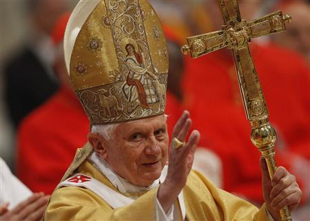 Pope Benedict XVI waves as he arrives to celebrate a mass in Saint Peter's Basilica at the Vatican November 21, 2010. REUTERS/Tony Gentile