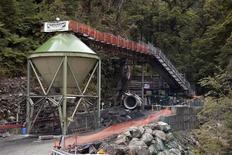 <p>Вход в шахту компании Pike River, где 29 шахтеров оказались запертыми под землей после взрыва 21 ноября 2010 года. Новозеландские спасатели планируют использовать робота для поисков 29 человек, уже около трех дней запертых под землей после взрыва на шахте на острове Южный. REUTERS/Simon Baker/Pool</p>
