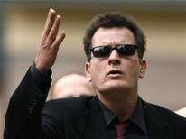 <p>Актер Чарли Шин посылает поклонникам воздушный поцелуй перед зданием суда в Аспене 2 августа 2010 года. Американский актер Чарли Шин в понедельник подал в суд на порноактрису, которая якобы вымогает у него $1 миллион. REUTERS/Rick Wilking</p>